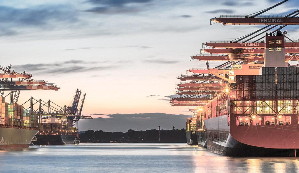 (Deutsch) Hamburger Hafen im Abendlicht. Abendrot am Himmel.